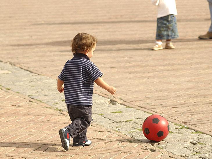 ボールを追いかける園児