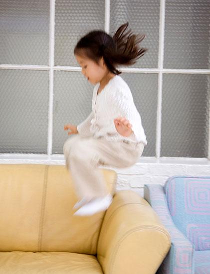 ソファ飛ぶ女の子