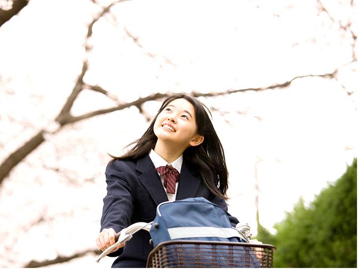 自転車に乗る女子中学生