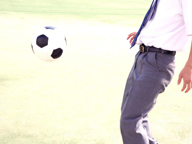サッカーボールと男子高校生