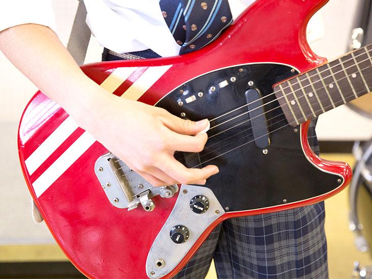 ギターを弾いてる男の子