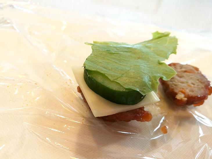 ミートボールにチーズや野菜を重ねる写真