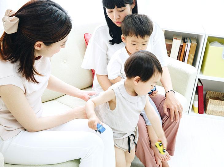 遊んでる子供を見てる母親