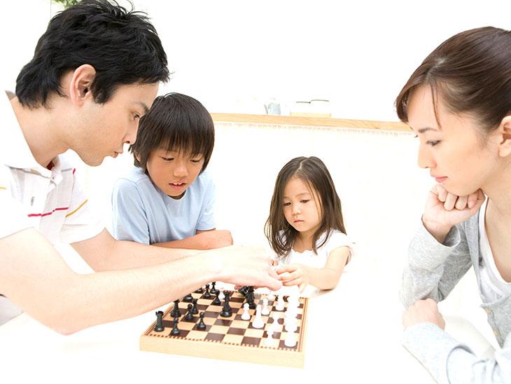 チェスをする家族