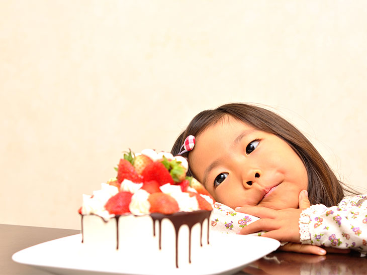 ケーキを見る5歳児