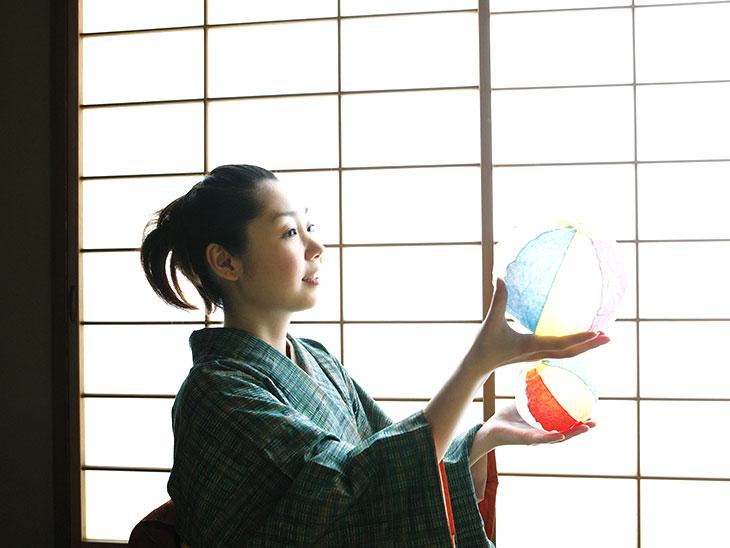 紙風船で遊ぶ女性