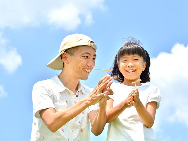 竹とんぼで遊ぶ親子