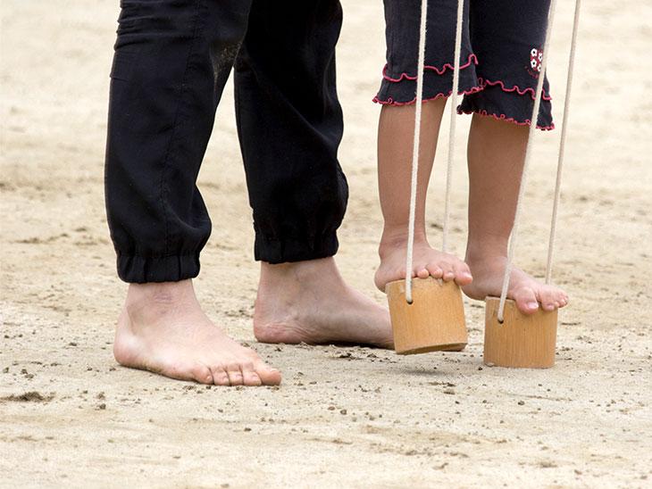 ぽっくりを練習する女の子の足