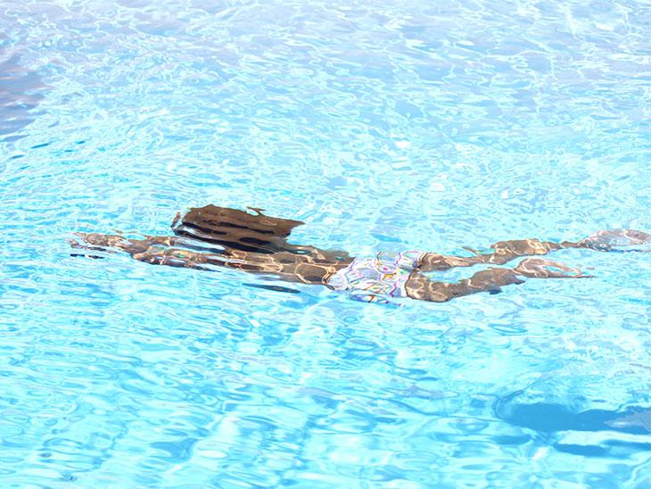 泳ぐ女の子