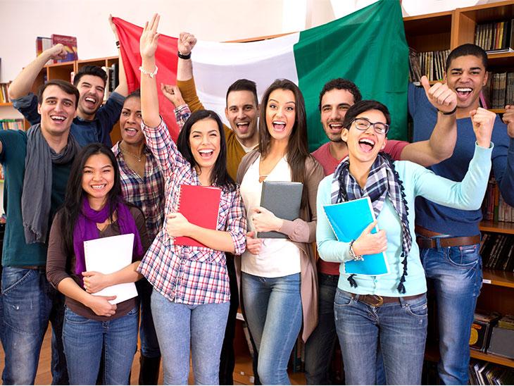 学生とイタリアの旗