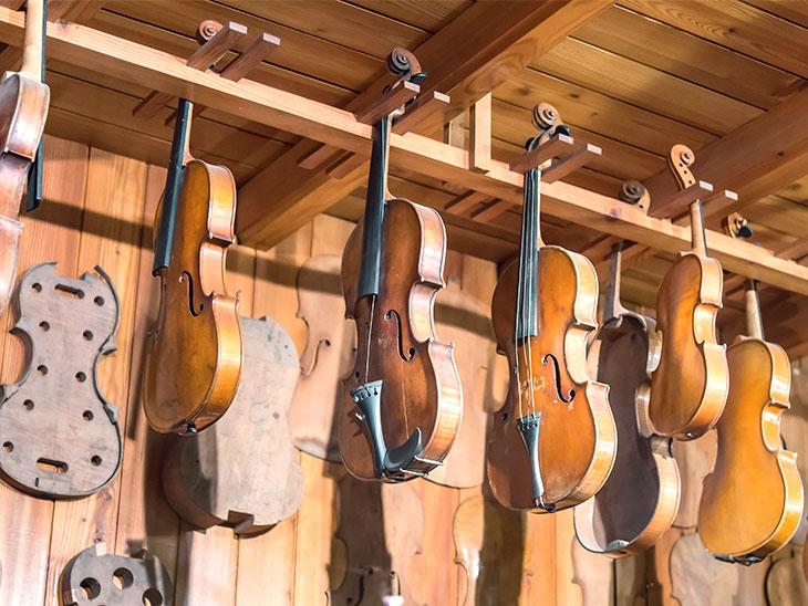 並んだバイオリン