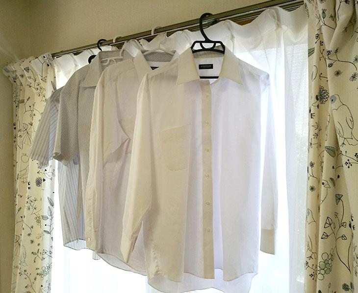 カーテンレールに干されてるワイシャツ