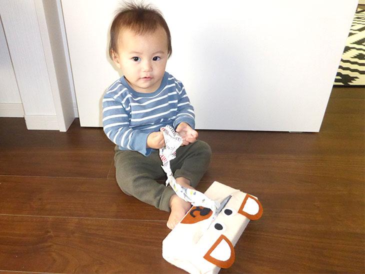 ティッシュおもちゃで遊ぶ赤ちゃん