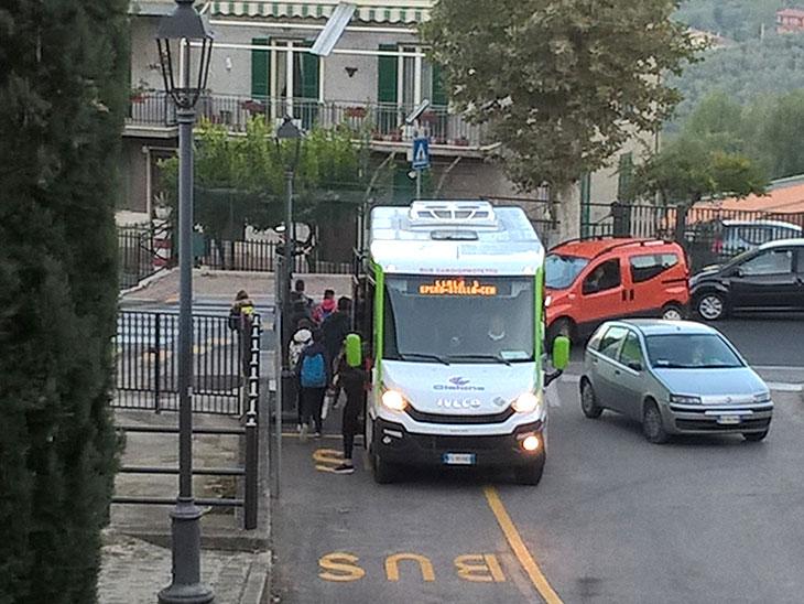 イタリアの通学バス