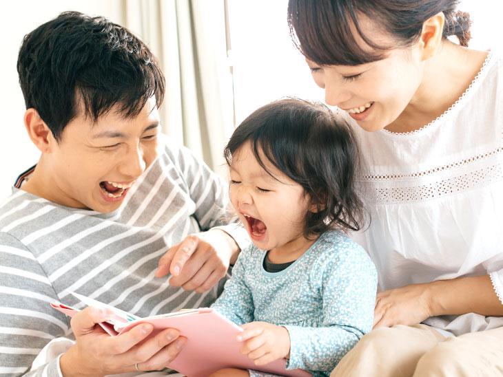 絵本の読む家族