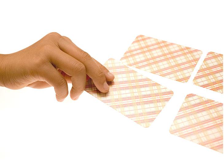 カードをとる子供の手