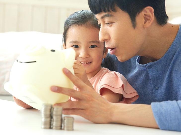 貯金する男の人と子供