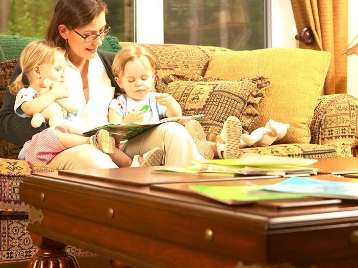 双子に本を読む母親