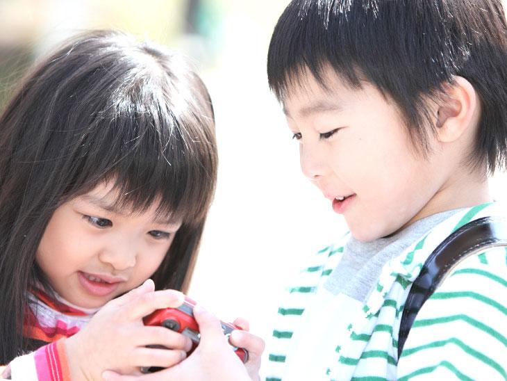 玩具で遊ぶ双子