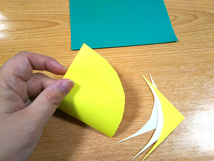 折り紙で矢を作る様子