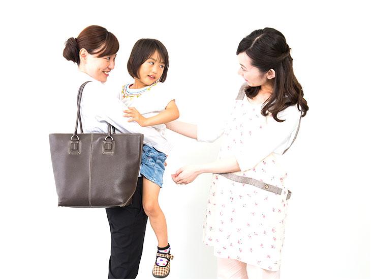 子供を預けるワーママ