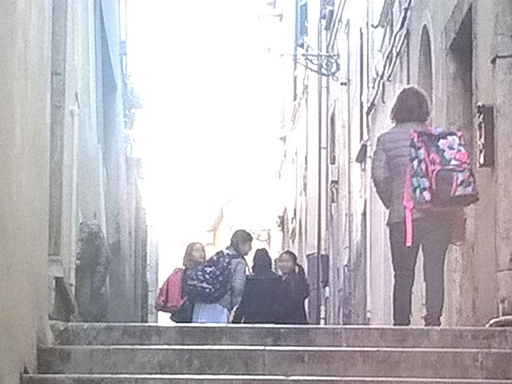 小学生のリュックを持つイタリア人マンマ