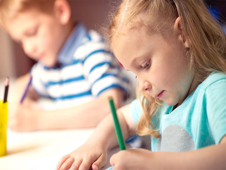 字を書く練習をする園児
