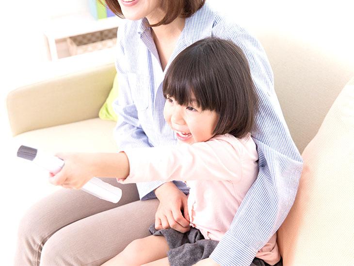 テレビを見る親子