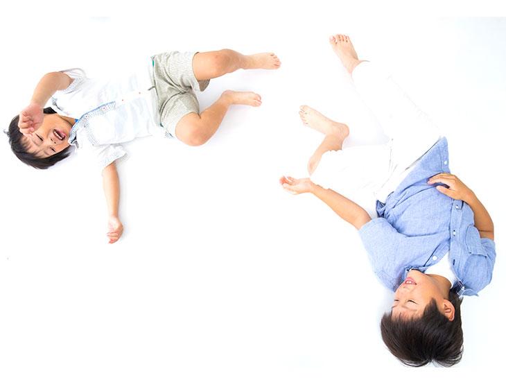 幼いころに遊ぶ兄弟