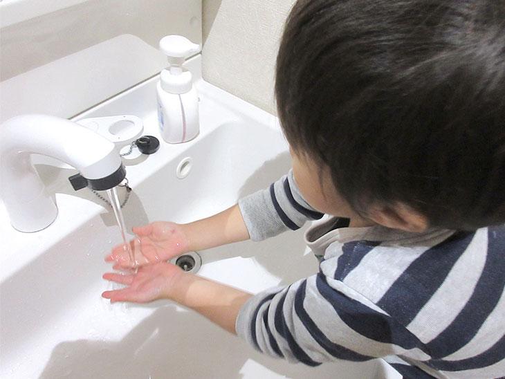 手を洗う子供