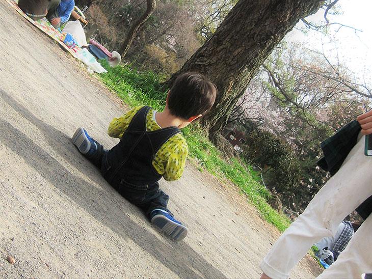 公園で一人座り込む子供