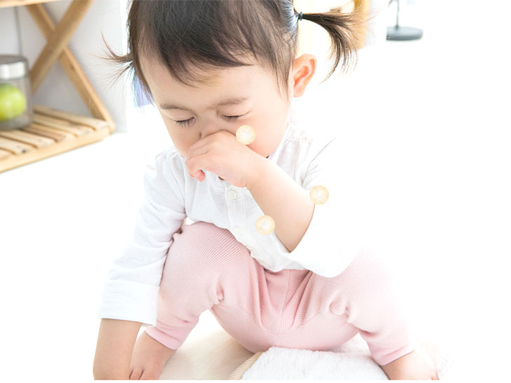 くしゃみをする園児
