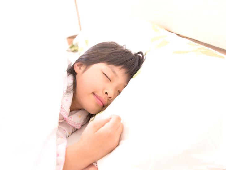 寝る子供の様子
