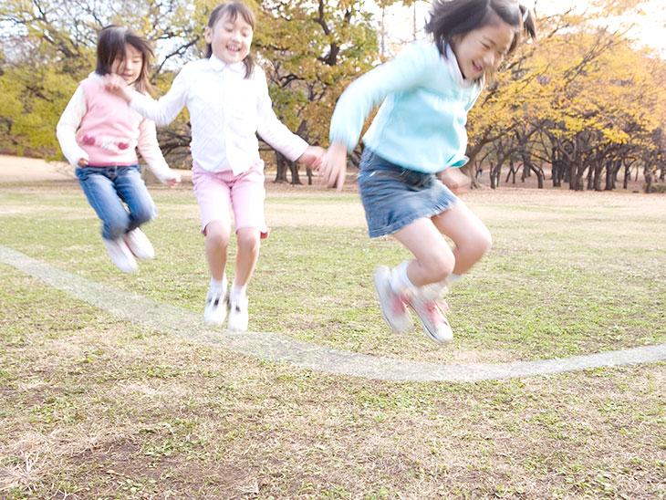 縄跳びで遊ぶ女の子たち