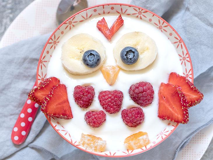 フクロウをかたどったヨーグルトとフルーツを使ったデザート