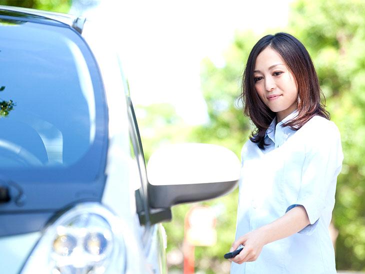 車の鍵をかける主婦