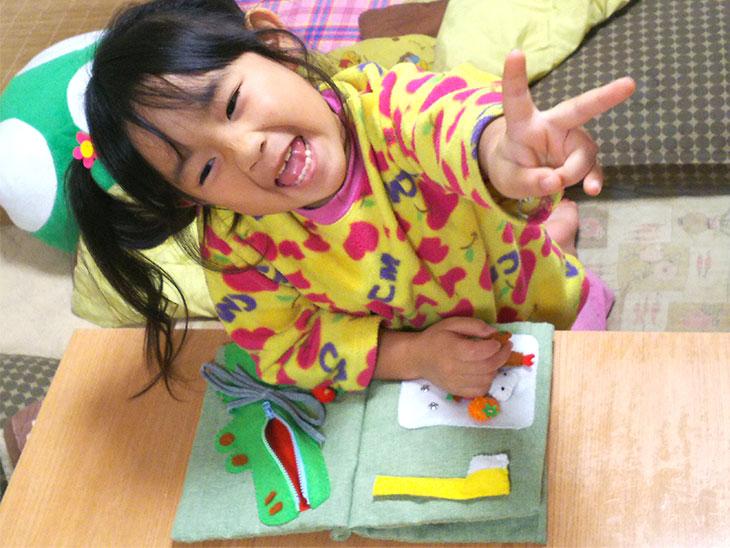 手作り布絵本を喜ぶ幼児