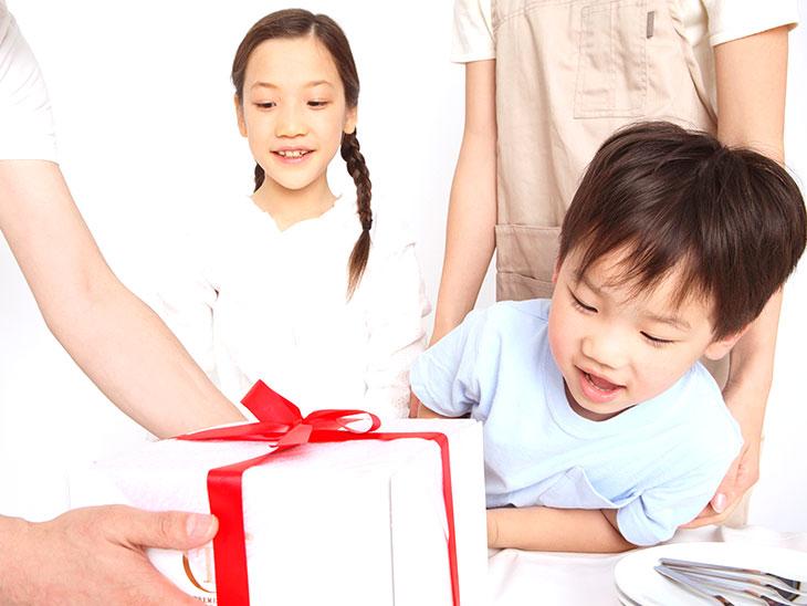 プレゼントをもらう息子さん