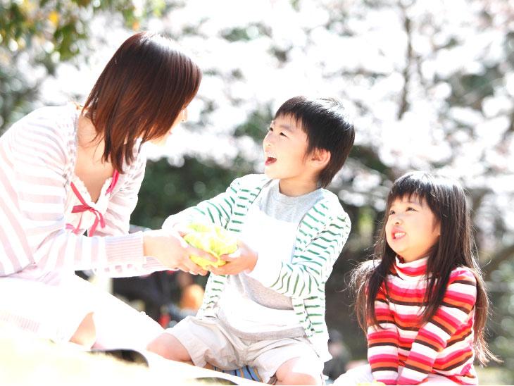 母親と子供達のピクニック