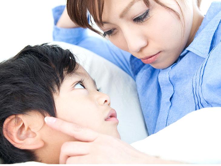見つめ合う母親と息子