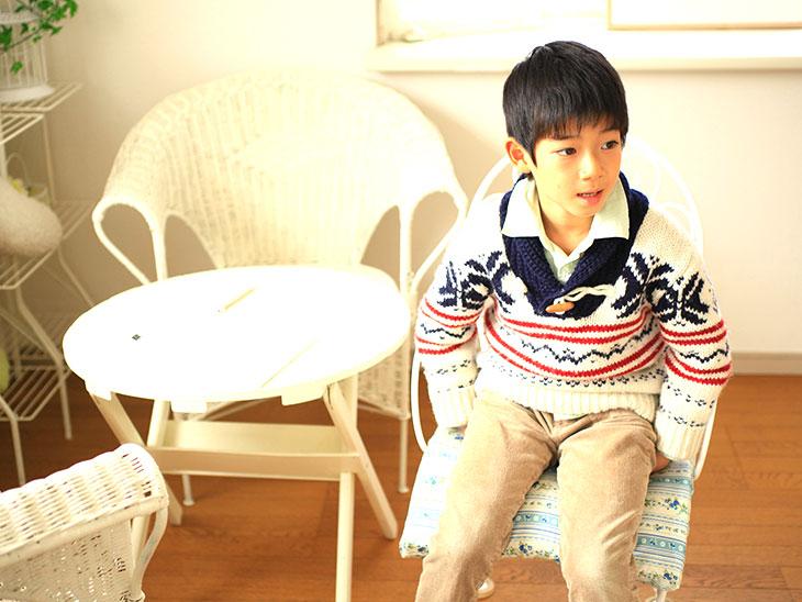 椅子に座った男の子