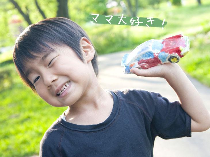 玩具の車で遊ぶ男の子