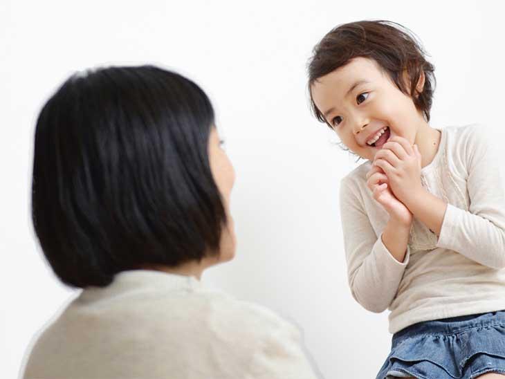 ママと笑顔で話してる女の子