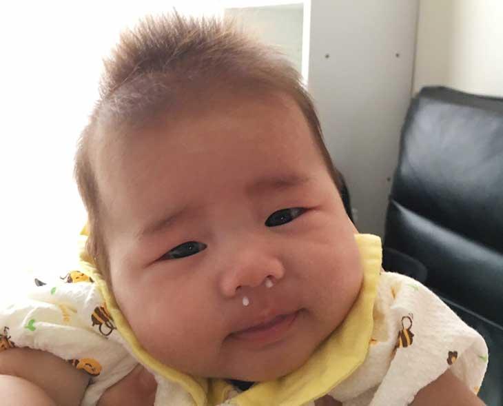 両方の鼻からミルクが出ちゃった赤ちゃん