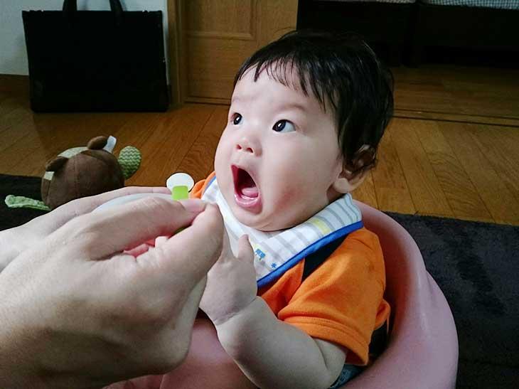 口を大きくあける赤ちゃん