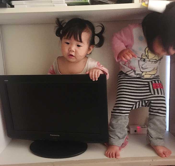 テレビの後ろに入り込んだ赤ちゃん