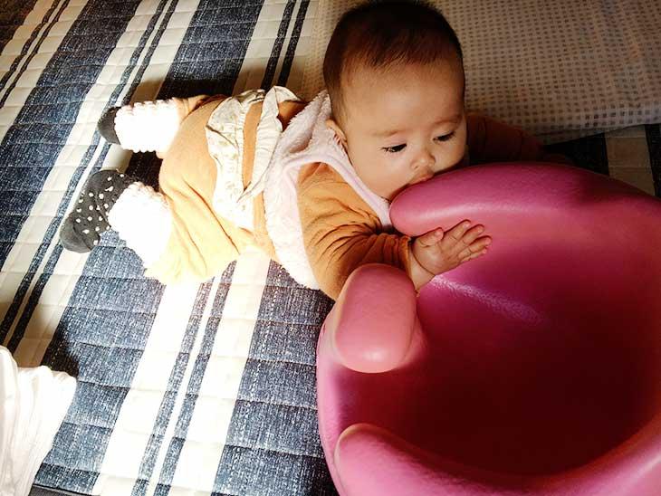 バンボに吸い付く赤ちゃん
