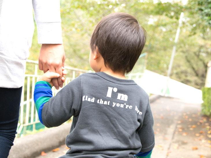 母親とお散歩をする男の子