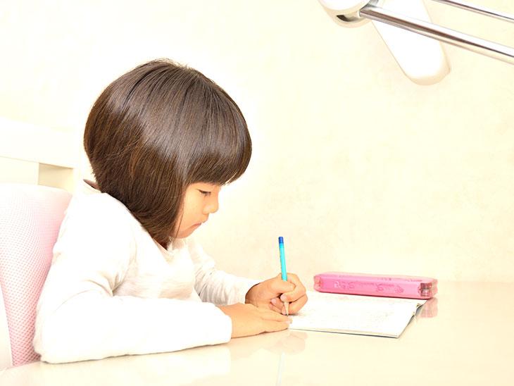 日記を書く小学生