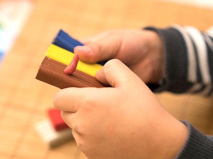 玩具で遊ぶ男の子の手